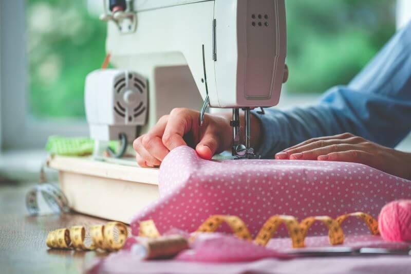 Szycie dzianin a szycie tkanin na maszynie domowej