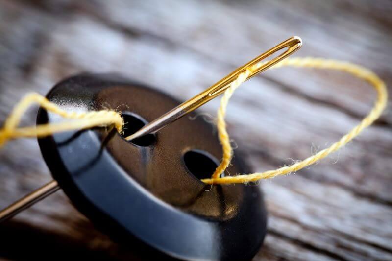 Jak poprawnie przyszyć guzik, żeby wytrzymał długie lata?