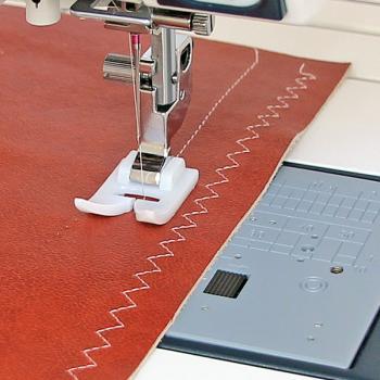 Stopka teflonowa wraz z specjalna płytką ściegową (do maszyn z szerokością ściegu 9 mm)
